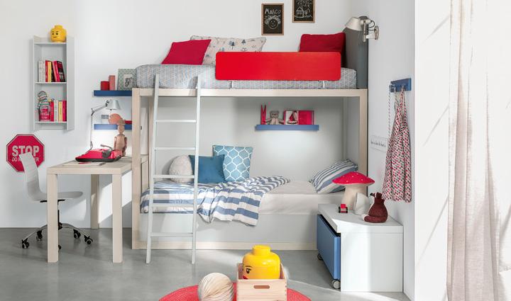 letto a castello in legno con testiera imbottita. Wooden bunk bed