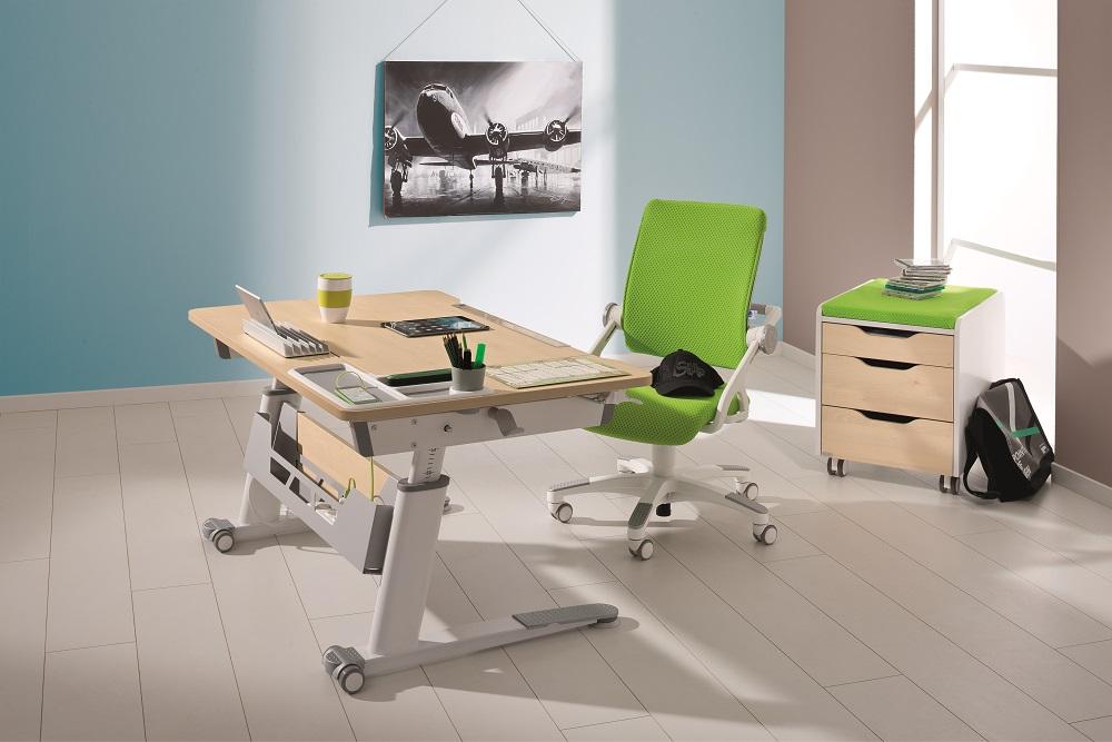 Scrivania ergonomica per bambini modello JARO con piano regolabile in altezza grazie ad una semplice manovella.