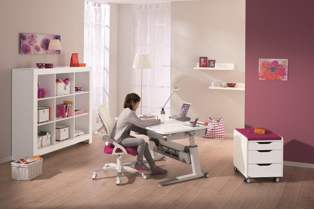 Scrivania ergonomica per bambini con piano regolabile in altezza ed inclinabile fino a 19 gradi.